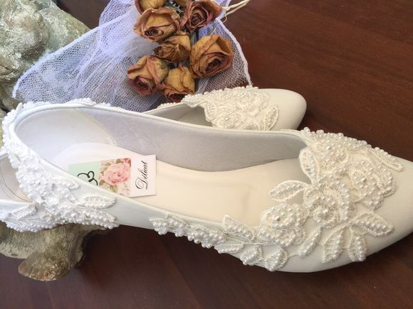 Sapatilha com detalhe de Mini Rosa para noivas clássicas que não abrem mão de criatividade e conforto!