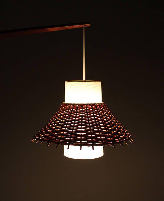 Vintage Wandlampe, Korblampe, Wandleuchte, Flurlampe, Korb Teak, Danish Design  Diese wunderschöne Wandlampe aus den 70er Jahren ist ein toller Blickfang für den Flur. Der Lampenschirm besteht aus Korb und wird über einen weiß strukturierten Schirm aus Kunststoff gezogen. Der Lampenarm ist gebogen und besteht aus Holz.  In der Holzhalterung befindet sich das Kabel, welches mit dem Wandkabel verbunden wird. Das Ein- und Ausschalten wird dann über einen bereits vorhandenen Lichtschalter…