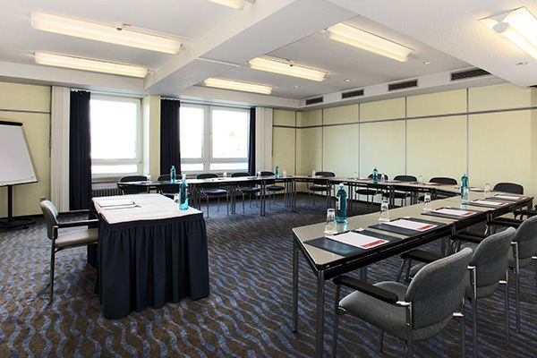 Eines der Konferenz- & Seminarräume / One of the conference and seminar rooms | H+ Hotel Siegen