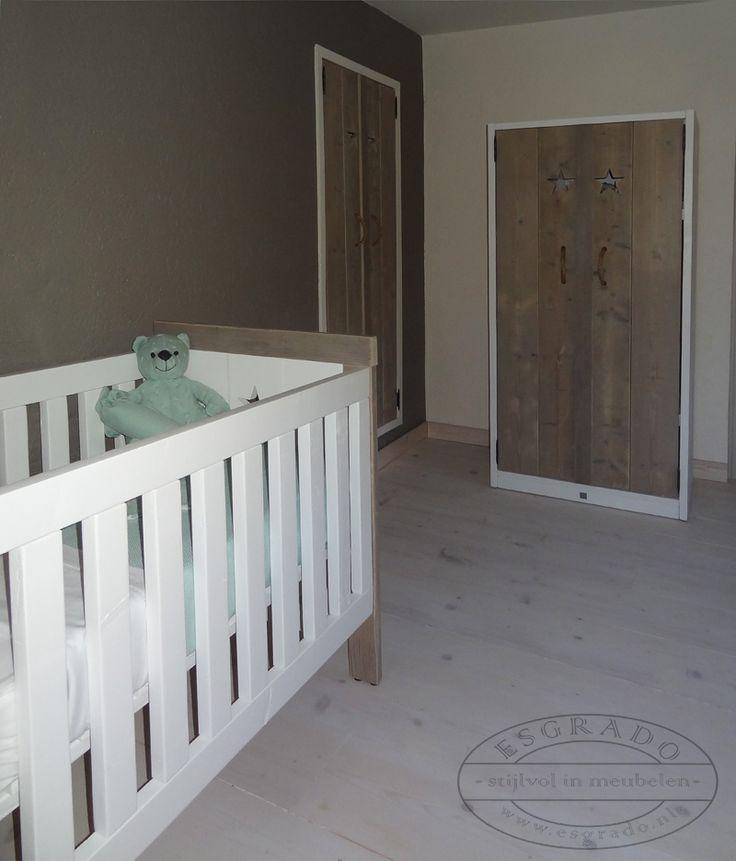Babykamer op maat van steigerhout.