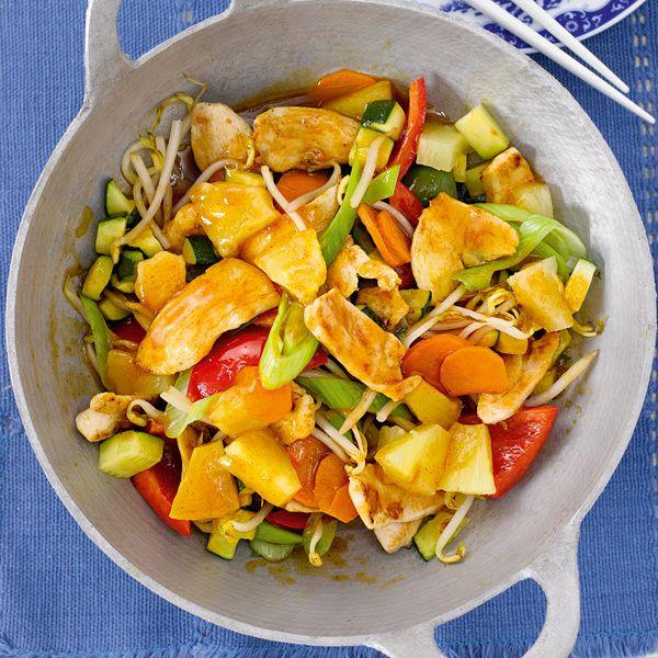Der Wok ist der Star in der schnellen Küche. In diesem asiatisch inspirierten Gericht sorgen rote Thai-Currypaste und Ananas für fruchtige Schärfe.