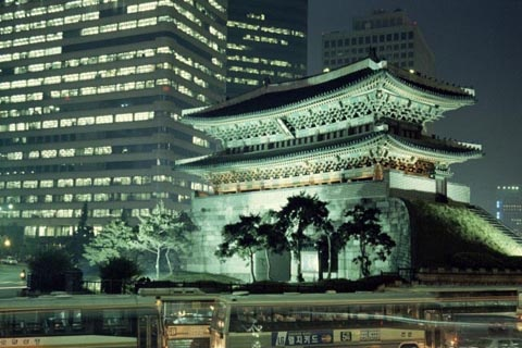 옛 한양 도성의 남쪽을 지키던 서울 숭례문