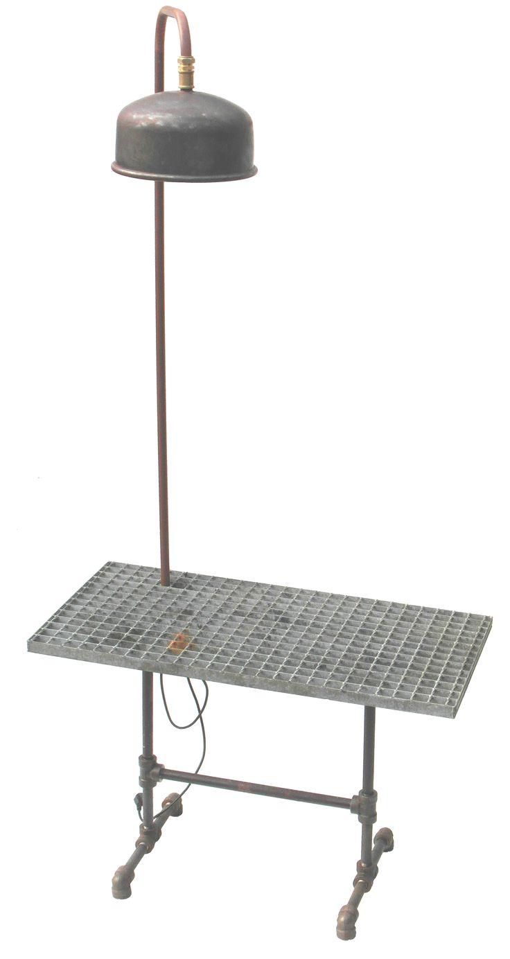 Buitentafel gemaakt van oude fittingen en dejorooster in combinatie met een lamp gemaakt van een oud expansievat
