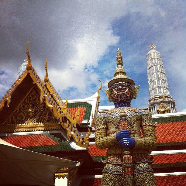 วัดพระศรีรัตนศาสดาราม (Temple of the Emerald Buddha) วัดพระแก้ว- Also known as Wat Phra Kaew, visit this gleaming temple that houses the country's most sacred religious image, the Emerald Buddha.