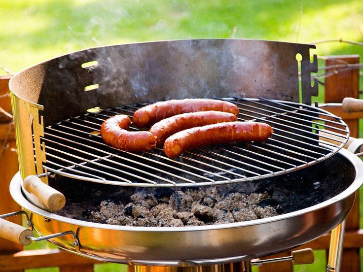 Den Grillrost solltest du nach dem Grillvergnügen reinigen. Wurst und Co. hinterlassen Schmutz, den du mit unseren Tipps schnell weg bekommst.