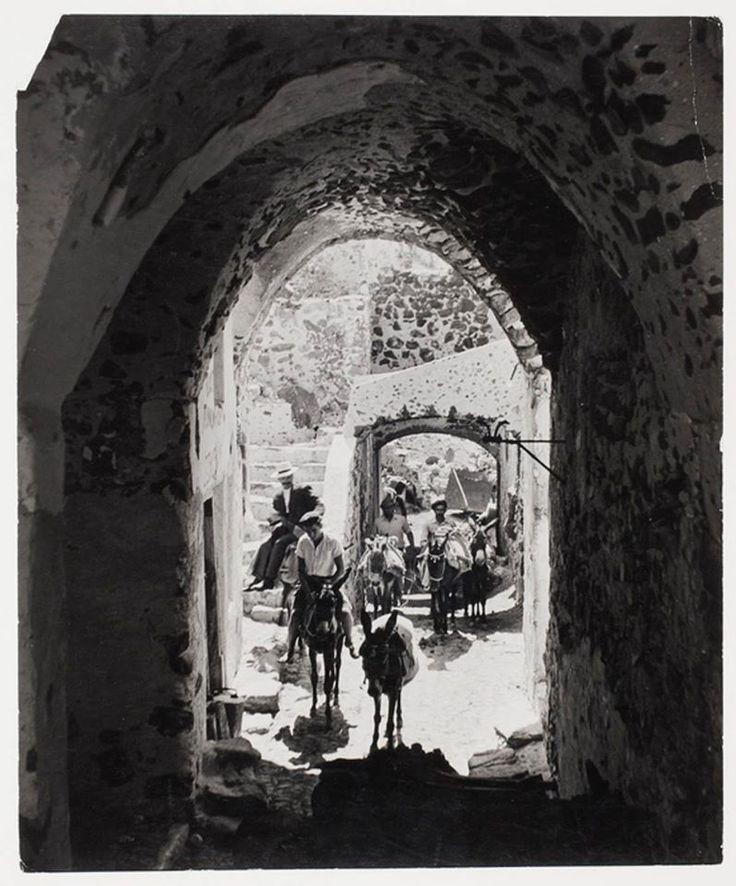 DAVID SEYMOUR ΣΑΝΤΟΡΙΝΗ - 1951 - ΜΕ ΓΑΙΔΟΥΡΑΚΙΑ ΣΤΟΝ ΚΕΝΤΡΙΚΟ ΔΡΟΜΟ ΤΩΝ ΦΗΡΩΝ