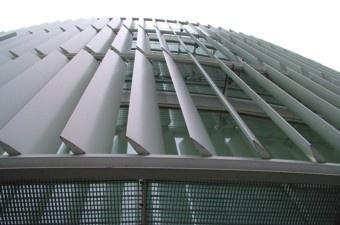 Solarfin: Zonregulering met vaste of beweegbare metalen lamellen: http://www.coltinfo.nl/buitenzonwering.html