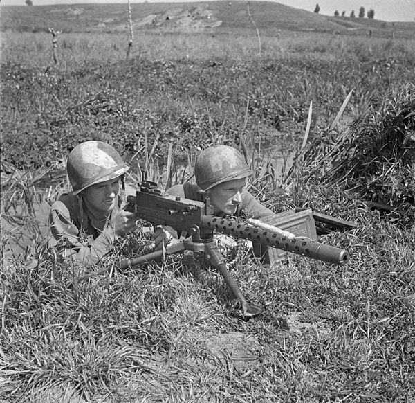 Forcemen of the First Special Service Force with a Browning light machine gun in the Anzio beachhead, Italy, ca. 20-27 April 1944. Pin by Paolo Marzioli