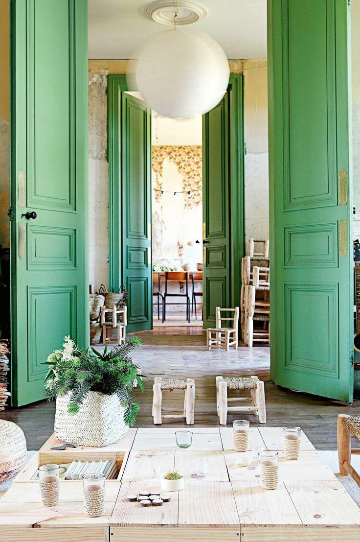 Ambiance bohème dans un château rénové en France.   Enfilade in chateau,