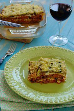 Cinco Quartos de Laranja: Lasanha de legumes com requeijão // 260 g de requeijão 2 beringelas 2 curgetes 1 cebola 3 tomates maduros 1 colher de sopa de concentrado de tomate 1 cenoura 1/2 pimento vermelho 1/2 couve chinesa (parte junto ao pé) 150 ml de azeite 100 ml de vinho branco 20 folhas de manjericão 100 g de queijo mozzarella ralado Sal e pimenta-preta q.b. Manteiga para untar q.b.