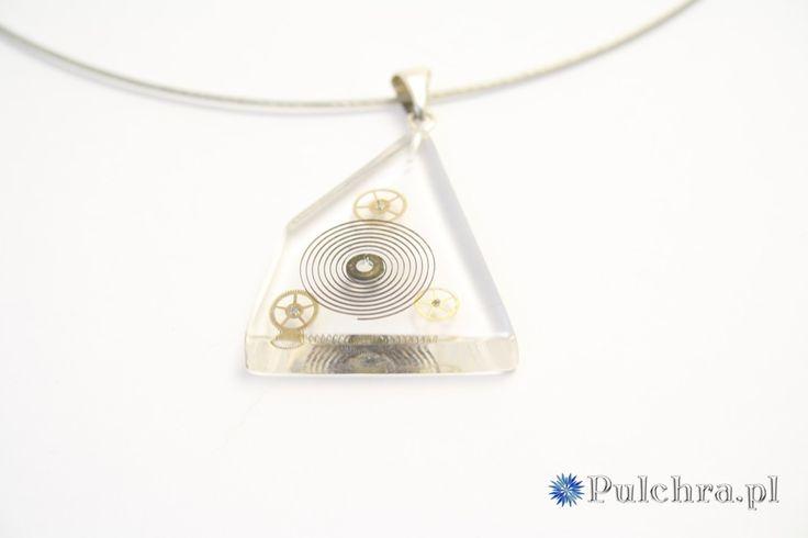 Naszyjnik z asymetryczną zawieszką z żywicy z trybikami zegarowymi  (steampunk)