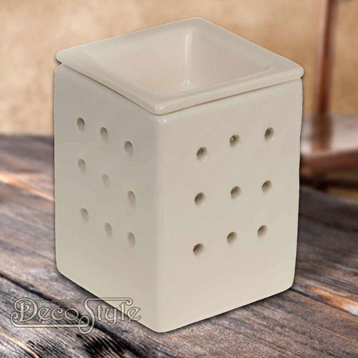 Aromabrander Anna Wit 2-delig  Stijlvolle aromabrander 2 delig.  Met los bakje om de waxmelts te laten smelten. Door dit losse bakje is het makkelijker de aromabrander schoon te maken.  Vervaardigd door SLC  Kleur: Wit  Materiaal: Keramiek  Afmetingen: Hoogte: 11 cm Breedte: 8 cm Diepte: 8 cm