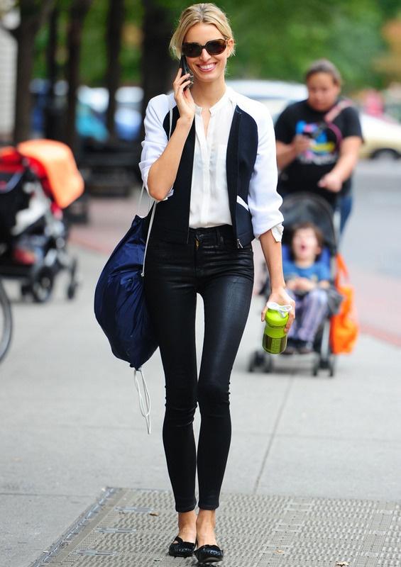 @siempreelegante Pantalones pitillo de cuero, camisa blanca y beisbolera bicolor