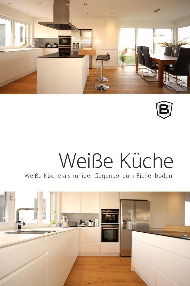 Die weiße Küche ist ein ruhiger Gegenpol zum Eic…