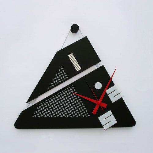 Orologio da parete a mano, fatta con componenti acrilici, stringhe di cuoio e tubo di metallo.