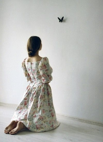 portrait, photographie, fille, modèle, pose, robe, papillon, mur, blanc | photography, girl, model, dress, butterfly, wall, white