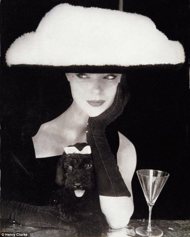 """Sombrero de ala ancha de Balenciaga – fotografiado por Henry Clarke en 1954. Fue descrito por Vogue como""""altamente sofisticado"""".Existe unasimilitud, el caniche negro y la modelo vestida entera de negro, los dos llevan algo blanco sobre su cabeza. Es tan bonita, me encanta."""
