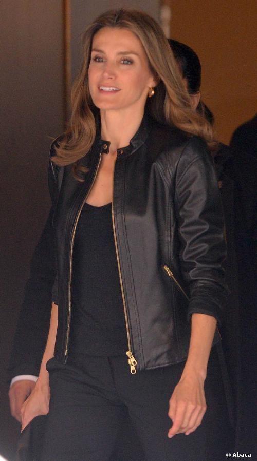 Letizia Ortiz vuelve al trabajo con un look rockero - pantalón pitillo, jersey de punto y cazadora de cuero.  See more at: http://www.semana.es/elarmariodeletizia/2013/09/06/llegada-a-buenos-aires/#sthash.g8F6upMB.dpuf