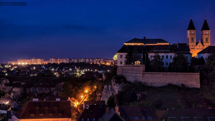 Vár és város a kék órában Veszprém