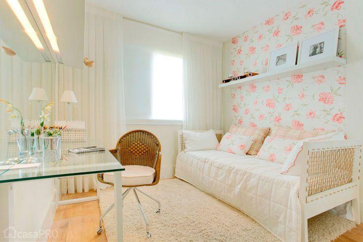 Quarto lindo pra filha! O papel de parede floral e a bancada de vidro dão um ar super leve pro ambiente! :)