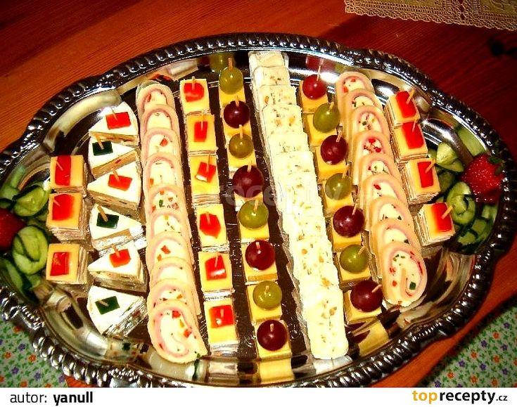 HOLANDSKÉ ŘEZY:  Krájený sýr eidam o síle cca 3 mm (raději 45%), na plátky nakrájenou šunku, krém Bonjoure s křenovou příchutí čerstvou papriku...