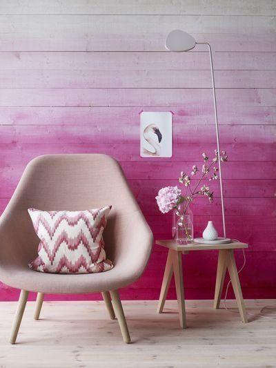 Em degradê, ou efeito tie dye, o rosa passa tranquilidade em ambientes intimistas. Junto com a madeira na cor natural, o resultado é pura delicadeza. #outubrorosa #decorandocomrosa #decoração