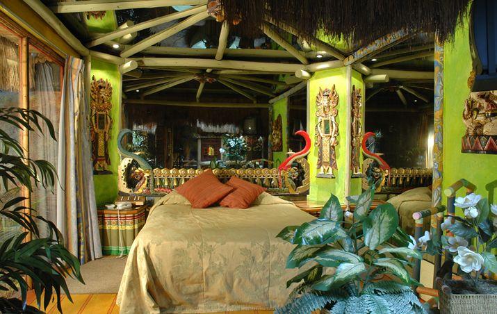 Vip Tahiti Delicadas lámparas de concha nácar y un respaldo tallado traídos de las islas enmarcan la cama en altura de esta apacible habitación. A través de sus murales y abundante vegetación es factible viajar a las islas de Tahiti.   Dimensiones:30 mts. Aprox.      Precio Normal:$ 52.500 Precio Especial:$ 62.500    Valores Reserva  Precio:$128.500
