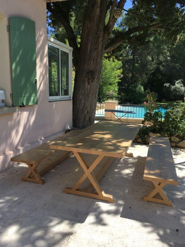 grande table en bois massif avec ses bancs pieds charpente de 3m