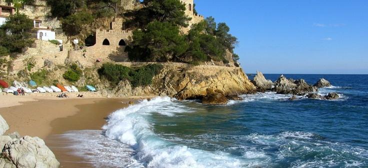 Lloret de Mar: est la destination de vacances la plus populaire de la Costa Brava auprès des jeunes et des personnes jeunes d'esprit