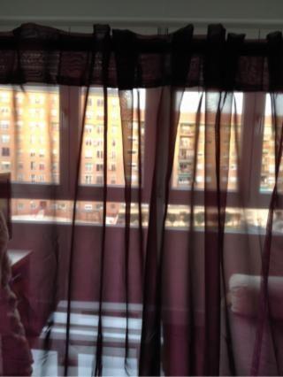 10€ MADRID Par de cortinas moradas, tela muy suave. Tambien valen como visillos. Con la barra incluida, aunque no se ve en la foto (porque estaban quitadas) Medidas: 145 cm x 235 cm cada una