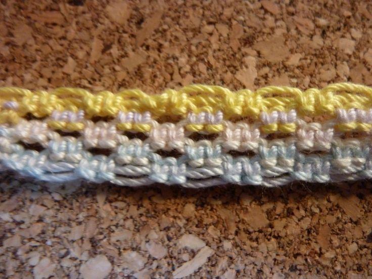 七宝結びでブレスレットを作ってみた七宝結びは平編みの応用でできるので、後から作り方も説明してみます。とりあえずできたものがこんな感じ。編み目が凄く綺麗で面白い見た目になります。ダイソーで買った紐で作ったのですが、この編み