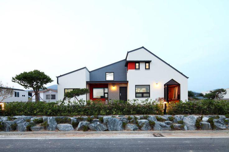 자연과 세 아이가 함께 살아가는 하얀 집 (출처 Juryeong Kuhn)