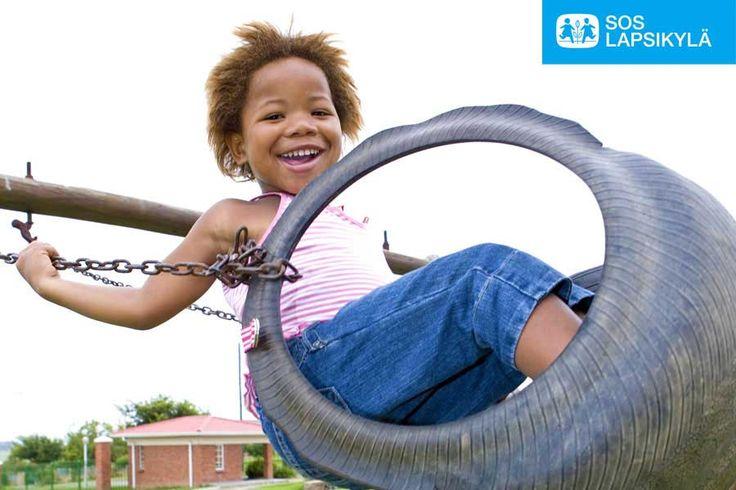 Pilviä päin!  Hei, mä keinun näin! Tässä kuvassa keinutaan Etelä-Afrikassa. #leikki #SOS-Lapsikylä #lapset #Etelä-Afrikka