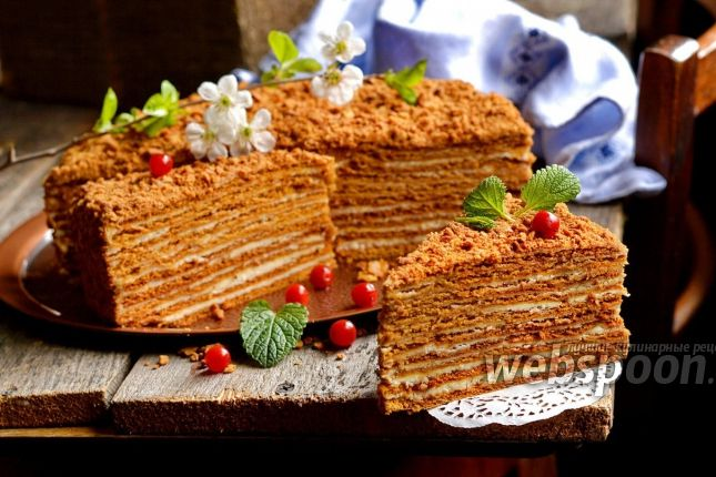 Как приготовить торт «Рыжик» со сгущёнкой и сметанным кремом  Предлагаю приготовить очень вкусный торт «Рыжик». Торт готовится из замечательных карамельных коржей и очень вкусного сметанно-масляного крема. Торт «Рыжик» получается большим и тяжёлым, так что подойдёт для большой компании.   Очень важно, чтобы вы перед подачей дали торту настояться в холодильнике, минимум 12 часов. Тогда торт станет настолько нежным, что его можно будет «есть губами». В рецепте использован стакан объёмом 250…