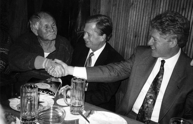 Bohumil Hrabal se v roce 1994 v pivnici U Zlatého tygra sešel s prezidenty Václavem Havlem