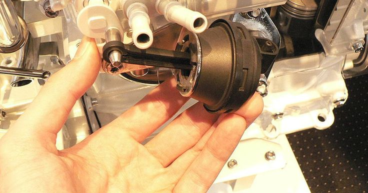"""Cómo arreglar una válvula de recirculación de gas de escape en un Ford Focus. La válvula de recirculación de gas de escape (EGR, por """"exhaust gas recirculation"""") es parte del sistema de control de emisiones de tu Ford Focus. Permite que las emisiones de gases ingresen al múltiple de escape en condiciones específicas de manejo. Es común que los pasajes de la válvula se obstruyan y que el vástago de la válvula se doble. Estos ..."""