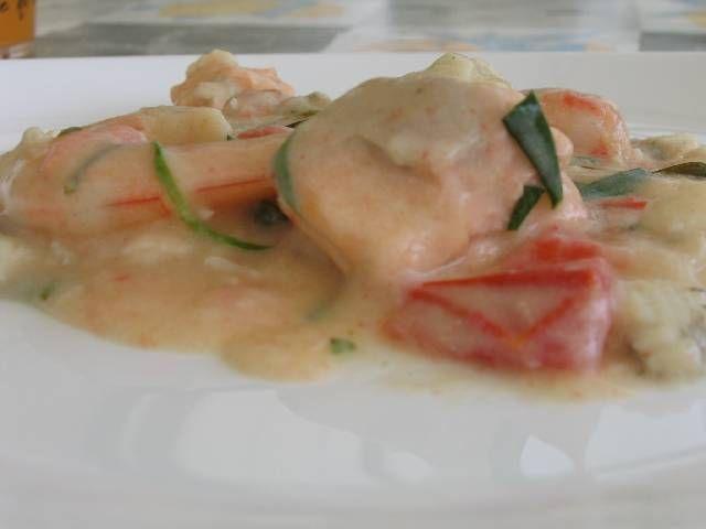 http://bommasrecepten.com/scampi-met-look-en-fijne-kruiden-in-roomsaus/    #recepten #koken    Klik afbeelding om het recept te lezen.