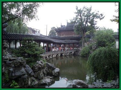 Şangay'da Yuyuan Bahçeleri   Çin kültüründe bahçeler ve parklar çok büyük bir önem taşıyor. İmparatorluk saraylarının çevresinde hep bakımlı, çiçeklerin, ağaçların, yürüyüş yollarının ve süs havuzlarının bulunduğu bahçeler yer alıyor. Bu bölgeye geldiğimizde ilk önce geleneksel Uzak Doğu mimarisi tarzında inşa edilmiş binalar ve kırmızı Çin Lambalarıyla süslü sokaklar bizi karşılıyor....  Devamı için www.gezialemi.com