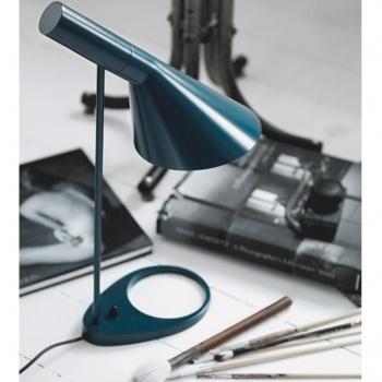 Lampada da tavolo AJ, petrolio    Produttore: Louis Poulsen  Design: Arne Jacobsen