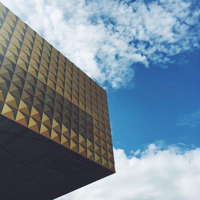 DANMARKS ROCKMUSEUM | A pretty awesome building in the making  #musicon #roskildekommune #roskilde #4000 #rockmuseum #rock #history #museum #byensnetværk #byensnetvaerk #cobe #cobearkitekter #mvrdv #music #concert #architecture #gold #golden #geometry #pyramids #facade #blueskies #sunshine #lookup @pattypigen