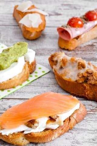 Lo primero que se debe hacer es pincelar el pan tostado con aceite de oliva, luego vienen las capas de sabrosura inmensa. Por aquí puedes encontrar la receta no solo con salmón, sino otras cuatro versiones como por ejemplo, una de mozarella fresca y guacamole.
