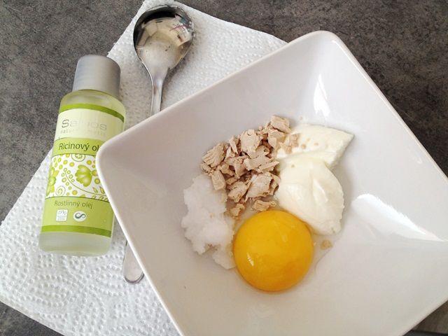 REGENERACE NA SUCHÉ VLASY     1 žloutek     1 lžíci bílého jogurtu     1 lžíci kokosového oleje     půl lžíce ricinového oleje     1 lžíci čerstvého droždí     3 kapky esenciálního oleje dle výběru (není nutné)