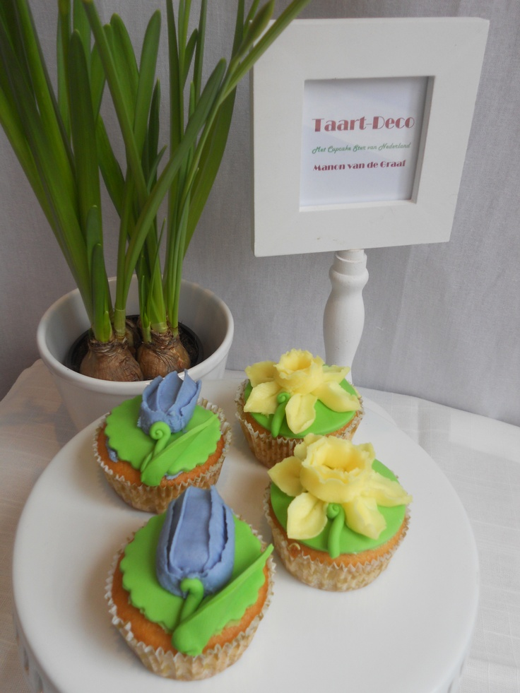 Very easy #104 tip flowers. Dutch tulips and daffodil with fondant leaves.  Lovely for a Spring Special Party or easter gathering. www.taart-deco.nl