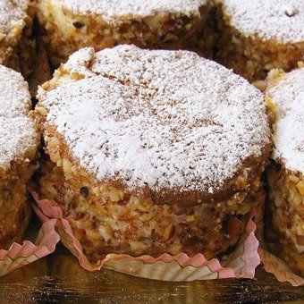 La ricetta delle paste Elena, tortine di pan di Spagna tipiche della pasticceria di Favara farcite con crema di ricotta e guarnite con granella di mandorle.