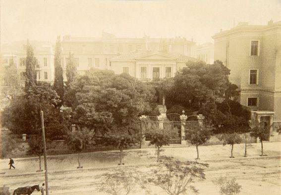 Η οικία Θεολόγη στην οδό Πανεπιστημίου, περίπου 1900.