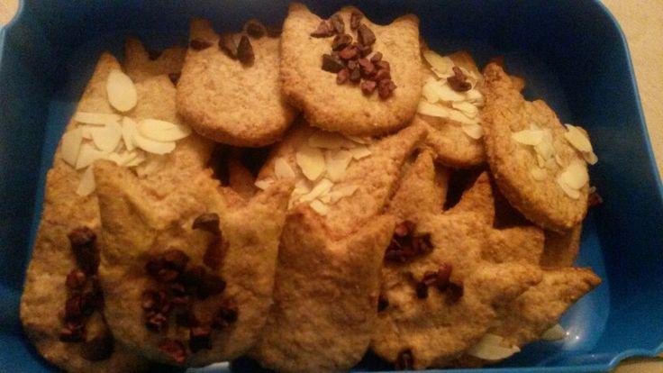 Speltkoekjes zonder suiker en ei. Maar lekker door kokosbloesemsuiker, amandelschaafsel en cacaonibs.