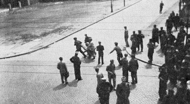 Poznań 1956 - Ulica Kochanowskiego w Poznaniu - akcja przenoszenia jednej z ofiar masakry, czerwiec 1956. Źr
