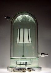 Joris Laarman Lab, Half Life Lamp (2010), glas, kobalt chroom, genetisch gemanipuleerde CHO cellen.