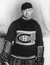 George Hainsworth (C) : Avec le prolifique Howie Morenz aux commandes de l'offensive et Hainsworth repoussant calmement les attaques de l'ennemi, les Canadiens décrochèrent leur troisième coupe Stanley au printemps de 1930. Le résultat devait être le même au terme de la campagne suivante.    À l'aube de la saison 1932-1933, les coéquipiers de Hainsworth lui démontrèrent toute son importance au sein des Canadiens en le nommant capitaine de l'équipe.