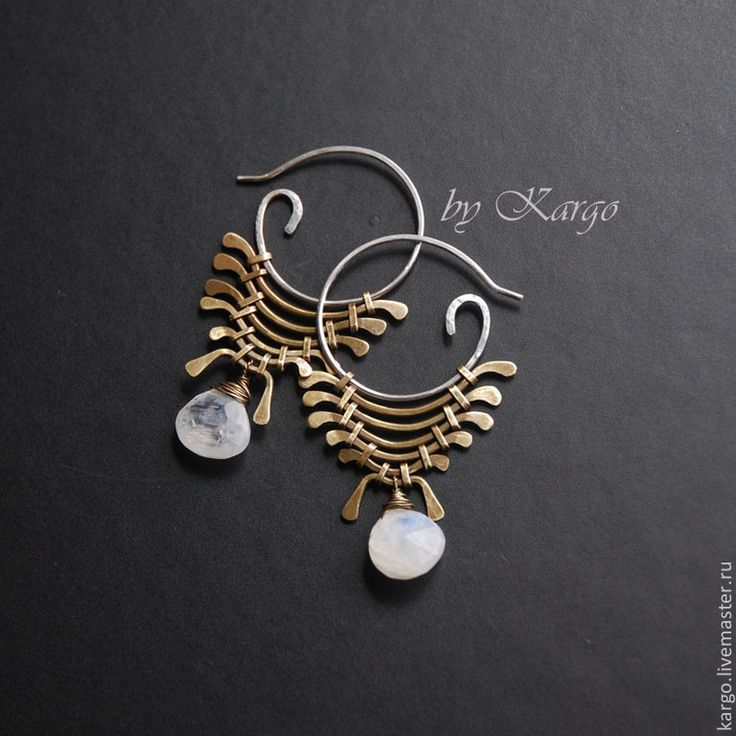 Серьги выполнены из серебра 925 пробы и латуни. Вставка - лунный камень с ювелирной огранкой. Камень можно повесить любой! ( по наличию ) В комплект можно сделать браслет или подвеску.